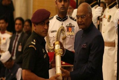 MS Dhoni receives the award from India President Ramnath Kovind