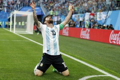 Argentina beat Nigeria 2-1 to reach round of 16